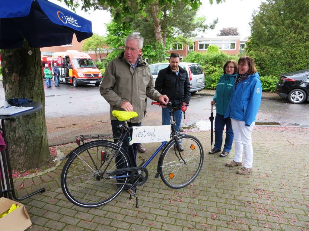 Bürgermeister Alfred Hols hat alle Fehler am von Franz Peirick präparierten Fahrrad gefunden